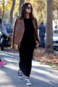 10 maneiras de usar vestido longo. Jaqueta de couro marrom, vestido preto, tênis all star preto