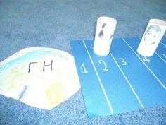 """Olia Dolia  επιτραπέζιο παιχνίδι """"γη και σελήνη"""" προχωράω τον αστροναυτη τόσα κουτάκια όσα λέει το ζάρι.Στόχος να φτάσω πρώτος στη Σελήνη"""