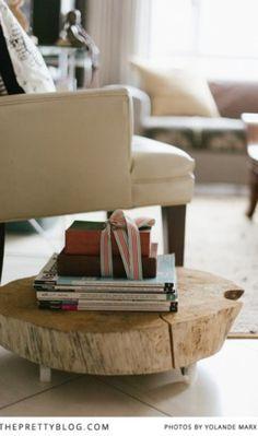北欧インテリアにすっと馴染む♪木製「ローテーブル」のある暮らし ... 小さいサイドテーブル。木、そのもののシルエットがとても素敵ですね。