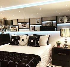 1- Cabeceira capitonê, colcha branca e pezeira marrom claro, tapete estampada, lustre imponente e abajures nos criados mudos! Aind...