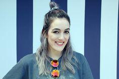 granny hair - cabelo cinza - natural make up - maquiagem simples - pin up eyeliner - delineador gatinho - batom cor de boca - red lips - piercing - white skin - coque alto - half bunny