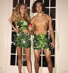 Halloween is one of the most important holidays in college. From Baywatch to blind mice, here are the 25 most Insta-worthy college Halloween costumes! Halloween Costume Diy, Unique Couple Halloween Costumes, Eve Costume, Costume Carnaval, Halloween Outfits, Sexy Couples Costumes, Halloween Couples, College Couple Costumes, Halloween Makeup