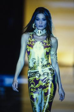 Versace Spring 1992 Ready-to-Wear Model: Carla Bruni 2000s Fashion Trends, Fast Fashion Brands, 80s And 90s Fashion, High Fashion, Fashion Boots, Luxury Fashion, Couture Fashion, Runway Fashion, Fashion Models