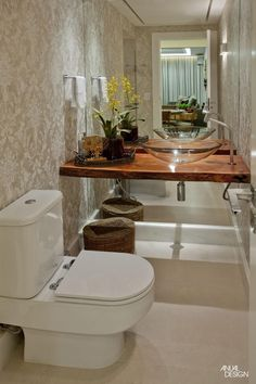 Bancada de madeira rústica solta da parede do fundo dando leveza ao ambiente / Dekozilla Bathroom Interior Design, Home Decor Trends, European Home Decor, Home Deco, Latest Interior Design Trends, Trending Decor, Home Interior Design, Bathroom Decor, Beautiful Bathrooms