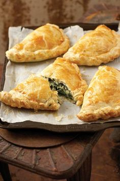 Spinasie-en-fetakaas-pasteie (Spinach and feta cheese-pies) South African Dishes, South African Recipes, Kos, Savoury Baking, Savoury Dishes, Savoury Tarts, Quiches, Spinach Feta Pie, Spinach Recipes