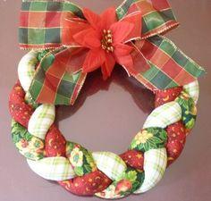 guirlanda de patchwork | Christmas garland                                                                                                                                                                                 Mais Xmas Wreaths, Christmas Decorations To Make, Diy Christmas Gifts, Christmas Ornaments, Holiday Decor, Christmas Planters, Christmas Frames, Pink Christmas, Fabric Wreath