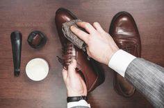 Couro natural e sintético: como limpar sapatos, bolsas, roupas e sofás - - UOL Estilo de vida Your Shoes, New Shoes, Suede Shoes, Leather Shoes, Leather Bag, Gq, Mode Man, How To Dye Shoes, Der Gentleman