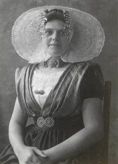 Vrouw in streekdracht uit Nieuw- en St. Joosland. ca 1913 #NieuwStJoosland