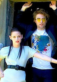 Robert Pattinson and Kristen Stewart - Teen Vogue, 2008 Kristen And Robert, Robert Pattinson And Kristen, Twilight Pictures, Shes Perfect, Strong Girls, Teen Vogue, New Moon, Stunningly Beautiful, Twilight Saga