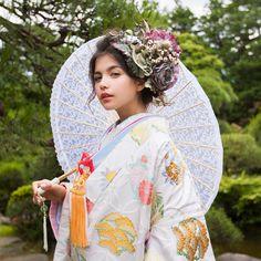 打掛『白地七宝花丸紋』 掛下『水色花菖蒲の調べ』 優しい色合いでまとめたコーディネート。 合わせた唐草模様の傘も、透明感を引き立てます。 #CUCURU #南青山#結婚式 #和装結婚式 #掛下#bride#kimono#着物#和装#打掛#プレ花嫁#写真#記念写真#花嫁#フォトウエディング#photowedding #cute #透明感 Wedding Kimono, Wedding Dresses, Japanese Wedding, Japanese Costume, Beauty Portrait, Japanese Beauty, Yukata, Geisha, Catwalk