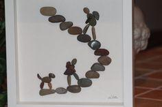 Este hermoso arte del guijarro de Las excursionistas está disponible en un marco de caja negra o blanca.  Dimensiones: 23 x 23 cm  De pié o de pared colgado.  Los guijarros son mano seleccionado por su viabilidad y todas las fotos están hechas a la más alta calidad a mano.