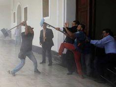 کراکس (ہاٹ لائن ) وینزویلا کے دارالحکومت کراکس میں قومی اسمبلی پر حکومت کے حامیوں نے حملہ کرکے حزبِ