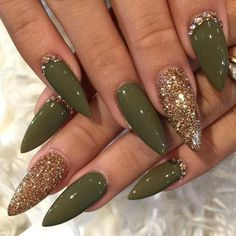 Olive and gold stiletto nails nails - unghie verdi, unghie stiletto en ungh Gold Stiletto Nails, Pointed Nails, Coffin Nails, Gradient Nails, Pink Coffin, Gold Sparkle Nails, Glittery Nails, Gorgeous Nails, Love Nails
