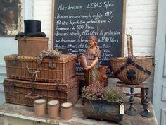 Brocante by DejaVu Dream Moods, Antique Booth Ideas, Vintage Baskets, Old Tools, Vintage Industrial, Memorial Day, Vignettes, Picnic, Bulb