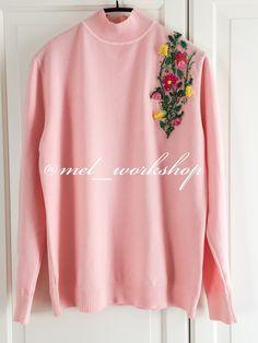 Стильный свитер с цветочной вышивкой ручной работы
