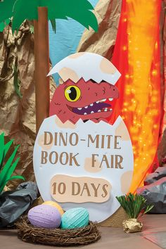 Build Fair anticipation by displaying a fun countdown sign 30 days before the Book Fair opening. Dinosaur Bulletin Boards, Dinosaur Classroom, Dinosaur Party, Dinosaur Birthday, Dinosaur Dinosaur, Dinosaur Crafts, Library Themes, Book Themes, Dinosaur Display
