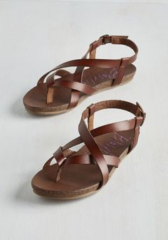 What goes well with a magnificent maxi dress and stunning sunhat? These wear-everywhere brown Yara sandals from Birkenstock! In textured leather, the straps of this flat wrap and buckle across your foot and around your ankle. Float down Venetian canals or peruse couture in Milan, comfortable and chic in these strappy sandals!
