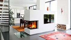 Moderner Heizkamin als Raumteiler. Modern fireplace as a room divider. Thanks to the all-round perspective, the viewing window spreads campfire Fireplace Shelves, Home Fireplace, Modern Fireplace, Fireplace Design, Fireplaces, Interior Design Living Room, Living Room Designs, Styling Bookshelves, Diy Room Divider