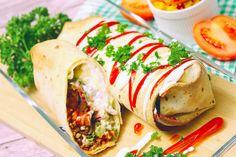 Einfach, knusprig und super lecker: Vegane Chimichanga. Gebacken - nicht frittiert. #pflanzlich #vegan #chimichanga #texmex #burrito #avocado #sonnenblumenhack #lecker #einfach #knusprig #cremig #gefüllt #cremefraiche #snacks #fastfood #gesund Cheese Burger, Chili Sin Carne, Chili Sauce, Chimichanga, Creme Fraiche, Fresh Rolls, Super, Avocado, Sandwiches