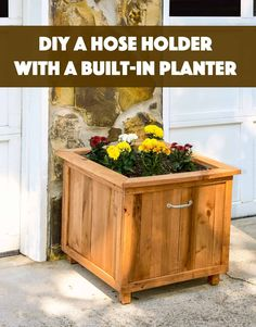 Outdoor DIY Inspiration : Build a unique hose holder using recycled pallet wood! This holder has a special feature; you can plant your favorite flowers on top. -Read More – Recycled Pallets, Wooden Pallets, Pallet Wood, Diy Garden Projects, Diy Pallet Projects, Pallet Ideas, Garden Crafts, Wooden Planters, Diy Planters