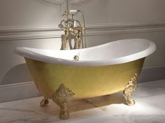 Thanks to Italy-based Devon & Devon you can now bathe in a bath made of gold (talk about fantasy for the sake of fantasy). tradition of gold leaf application—the gold leaf that decorates this tub has been hand applied Bathroom Drain, Master Bathroom, Devon Devon, Feuille D'or, London Design Festival, Beautiful Bathrooms, Carat Gold, Clawfoot Bathtub, Gold Leaf