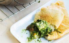 Intialainen naanleipä / Naan bread / Kotiliesi.fi / Kuva/Photo: Pekka Holmström/Otavamedia Bun Recipe, Joko, Spanakopita, Naan, Tasty, Buns, Ethnic Recipes, Breads, Cakes