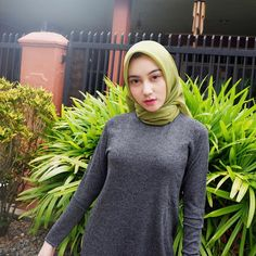 Jilbab Smile: Hijaber Cute Make A Smile Happy Hijabi Girl, Girl Hijab, Hijab Outfit, Beautiful Muslim Women, Beautiful Hijab, Beautiful Asian Girls, Muslim Fashion, Hijab Fashion, Women's Fashion