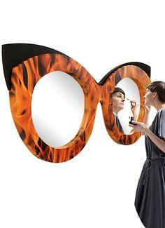 Ein außergewöhnlicher Doppel-Spiegel mit Feuer, überrascht durch die Ausgefallene Form eine Brille.