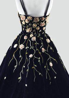 Balmain - Haute Couture - Robe de Cocktail - Velours Noir, Fleurs en Bouillonné de Mousseline, Tiges et Feuilles en Minuscules Rubans - Ateliers Lesage - 1953