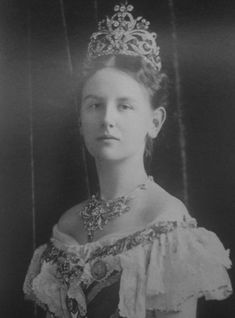 Queen Wilhelmina of the Netherlands wears the parure, ca. (Grand Ladies Site) The Dutch royal collection includes a number of la. Royal Tiaras, Tiaras And Crowns, Royal Dutch, Queen Wilhelmina, Dutch Queen, Royals, Holland, Royal Blood, Dutch Royalty