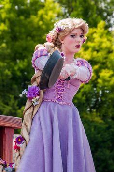 Check out Disney Cosplay at its best! Rapunzel Flynn, Disney Rapunzel, Princess Rapunzel, Disney Princess Dresses, Disney Girls, Disney Fairies, Punk Disney, Princess Bubblegum, Disney Magic