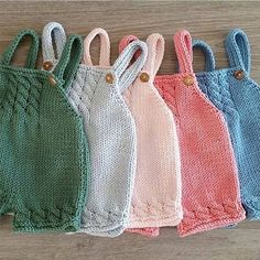 Ravelry: Baggy Baby By By Amstrup - Diy Crafts - maallure Baby Knitting Patterns, Knitting For Kids, Baby Patterns, Knitted Baby Clothes, Knitted Romper, Baby Girl Romper, Baby Dress, Dress Vest, Baby Dungarees Pattern
