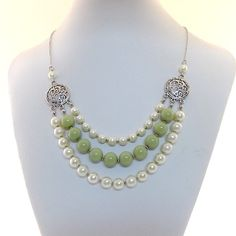 Sage and Cream Glass Pearl Beaded Necklace door CinLynnBoutique