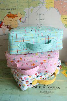 Que fofas…São maletinhas para crianças, feitas em tecido estruturado e muito charmosas. Dimensões: 25 cm de altura x 35 cm de largura x 12,5 cm de profundidade. Uma gracinha e para quem não consegu…