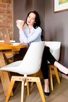 Business Lady - Bluse und schwarze Stoffhose - Christian Louboutin Filo Pumps - High-Heels Stiletto - schwarze lange Haare - roter Chanel Lippenstift - elegant - feminin - Modeblogger - Fashionblogger