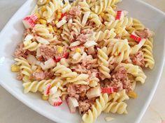 Ensalada de pasta con atún, maíz, surimi y huevo