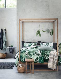 Een vrolijke slaapkamer met planten, prints, en alle kleuren van de regenboog - Roomed