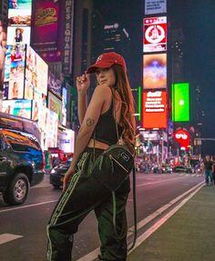 Dream poses i wish New York City Pictures, New York Photos, New York Tumblr, Nyc Tumblr, Travel Pose, Nyc Pics, New York Outfits, Instagram Pose, Insta Photo Ideas