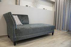 Belga bársony szófa, díszszegecsekkel, modern és klasszikus egyben. Bench, Lounge, Storage, Modern, Furniture, Home Decor, Chair, Airport Lounge, Purse Storage