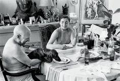 """""""Chi non ha avuto un cane non sa cosa significhi essere amato."""" #ArthurSchopenhauer  Img: #PabloPicasso con il suo amato bassotto #Lump e #JacquelineRoque, ultima moglie e musa, nella sala da pranzo de """"La Californie"""", una villa sulle colline di #Cannes."""