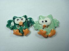 Boutons animaux fait à la main et modelés en argile de type faïence. Pièces uniques.  2 petits hiboux kawaii aux grands yeux, émaillés vert foncé et vert clair.   Petit  - 7651838