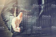 Podwójne naświetlenie z Biznesmen w Garnitur gotowy do uścisk dłoni zbiór zdjęć royalty-free