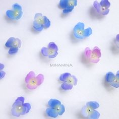 "minamina on Instagram: ""小さなすみれのピアス*ˊᵕˋ* パステルパンジーを久しぶりに制作しました🌼.* * * 人差し指サイズのすみれは、濃い目に。1つ1つ微妙な色の違いがあります( ¨̮ ) * * これからピアスとイヤリングに加工します。小さめだけど、存在感のあるピアスになるでしょう*ˊᵕˋ* *…"" Cute Jewelry, Diy Jewelry, Jewlery, Jewelry Design, Shrink Plastic Jewelry, Resin Jewelry, Shrinky Dinks, Diy Earrings, Diy Crafts For Kids"