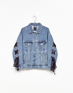 Denim jacket with ties - Coats & Jackets - Bershka United Kingdom Denim Jacket Fashion, Denim Outfit, Jean Jacket Design, Estilo Jeans, Mode Jeans, Denim Ideas, Painted Clothes, Jacket Style, Diy Clothes