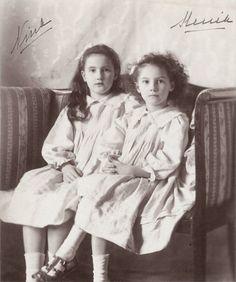 Princesses Nina (1901-1974) et Xenia (1903-1965), filles du grand-duc Georges Mikhaïlovitch et la grande-duchesse Maria Georgievna, née princesse de Grèce