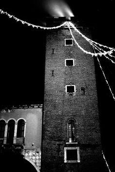 Torre del Girone o del tormento e Arco degli Zavattieri illuminati a festa!