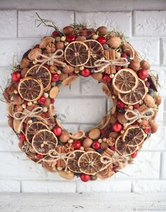 A natural Christmas wreath will decorate your front door! Natural Christmas, Rustic Christmas, Christmas Holidays, Christmas Wreaths, Christmas Crafts, Xmas, Gold Christmas, Simple Christmas, Handmade Christmas Decorations