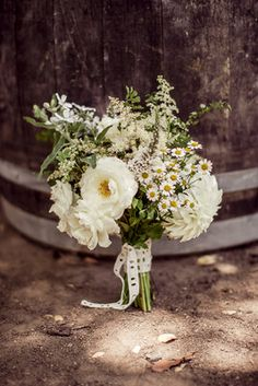 Daisy bouquet (Photo by Oz Visuals, Flowers by Honey & Poppies)