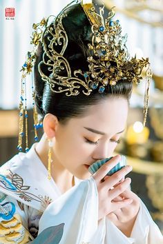 Chinese Traditional Costume, Traditional Gowns, Traditional Fashion, Art Beauté, Circlet, Chinese Clothing, Oriental Fashion, Chinese Culture, Hanfu