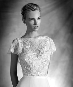 VERA style: Flared silk gauze wedding dress with nude details. Bodice with bateau neckline, Chantilly lace and French lace overlay with short sleeves. Narrow, lace belt. Open V back. Flared skirt in silk gauze.
